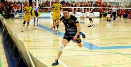 Jesse Mäntylän raivoisa syöksy pelastamaan palloa kertoo ottelun intensiteetistä. Kuva: Juuso Riponiemi