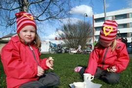 Kolmevuotiaat kaksoset Helmi ja Ellen Lehtiö nautiskelivat vappumunkkeja ja simaa.