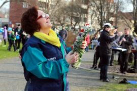 Anna-Maija Lassila ojensi kukkaseppeleen kansanedustajalle korkeuksiin.