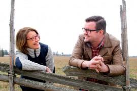 Iina Wahlström ja Kari Honkaniemi osaavat pitää hauskaa, mutta tarpeen tullen myös herkistellä. Runoihinsa he rajaavat elämän yksityiskohtia, jotka he välittävät uudessa muodossa maailmalle. Kuva: Kiti Salonen