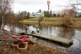 Loimaan vierasvenelaituri on jälleen paikoilaan Satakunnantie 17:n kohdalla. Paikka sijaitsee lähellä Tampereentien siltaa eikä laituriin laskevalla ole pitkä matka vaikkapa keskustaan asioimaan. Kuva: Anu Salo