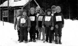 Elisenvaaran Marttakerhon järjestämän hiihtokilpailun osallistujia vuosien 1950-1960 vaihteen tienoilla. Kuva Alli Kihlangin albumista.
