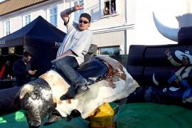 Jani Virtanen näytti mallia rodeohärän kyydissä pysymiseen. Kuva: Maija Paloposki