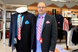 Loimaan SaraSport Oy:n Martti Salonen ja muotinukke pukeutuivat muodikkaasti värikkääseen solmioon ja taskuliinaan puvun yhteydessä. Kuva: Marianne Rovio