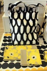 Mustavalkoiset sävyt pysyvät muodissa mukana, kuten kuvan kesäinen kassi. Kuulto Shop.