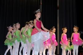Vaaleanpunaiset ja vihreät prinsessat tanssahtelivat hovissa isojen prinsessojen rinnalla tanssilinjan kevätnäytöksessä. Kuva: Marianne Rovio