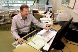 Työterveyslääkäri Pasi Koivun mukaan työoloilla ja työpaikan ilmapiirillä on suuri merkitys työntekijöiden sairauslomien määrään. Kuva: Heidi Pelander