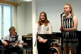 Humppilaiset nuoret Leevi Laurila, Emilia Rämö ja Annika Reunanen sekä kuvasta puuttuva Alise Nieminen muodostavat The Owls-yhtyeen. Kurssilla bändi oppi uusia biisejä. Kuva: Maija Paloposki