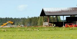 Pelastuslaitoksen väki raivasi heinäkasaa sammutustöissä. Kuva: Simo Päivärinta
