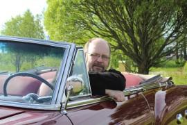 Kun Petteri Björkbomin isä Kurt Björkbom hankki Packard 250 Convertiblen Amerikasta, auto oli valkoinen. Allkuperäinen metallinhohtavan punainen väri löytyi kojelaudan paneelin takaa. Kuva: Kiti Salonen