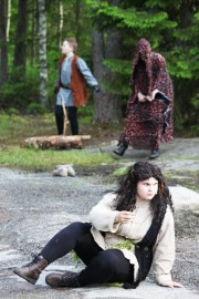 Ronja (Rosa Pirkkiö) on päässyt tutustumaan ympäröivään maailmaan. Männiäisen (Eemeli Markula) uhatessa Birk (Lari Lauanne) kerää rohkeutta pelastaakseen oudon tytön. Kuva: Maija Paloposki
