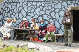 Matias (Kalle Lehtinen) pitelee juuri syntynyttä tytärtään. Muut rosvot Jonne (Aleksi Nissilä), Rähjä (Tommi Nurminen), Rontti (Hanna Haapala), Juippi (Vilma Kuusikorpi) ja Pikku-Plootu (Juho Kaunisto) ihmettelevät ja juhlistavat tulokasta. Kuva: Maija Paloposki