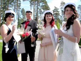 Tuoreet ylioppilaat Elina Horn, Kari Hieta, Iida Ihanamäki ja Venla Horn skoolasivat lakkiaispäivänä. Odotettavissa oli niin töitä kuin pääsykokeitakin. Kuva: Kati Uusitalo