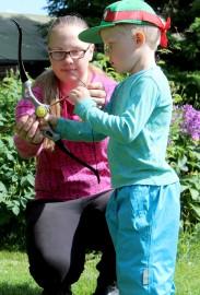 Elsa Jalasjoki Jäärämetsän eläintilalta opetti Manu Onnelalle, 5, jousiammuntaa. Manun mielestä ammunta ei ollut yhtään vaikeaa, sillä jousipyssy oli juuri sopivan kokoinen lapsille.