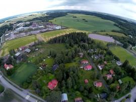 Vasemmalla yläkulmassa näkyy talotehdas. Kuva: Harry Willman