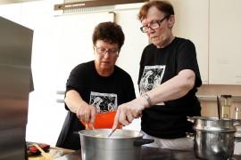 Klimppivelli on melko nopeatekoinen ruoka. Arja Junnila ja Marja-Leena Lehtelä suosittelevat käyttämään kerroskattilaa. Klimpit nostellaan kiehuvan maidon joukkoon, joten velliä täytyy sekoittaa koko ajan. Kuva: Maija Paloposki