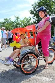 Loimaalainen Thu Ahonranta kuljetti lapsia sitlo-pyörällä. Kyydissä istui pikkusisko Linda. Kuva: Maija Paloposki