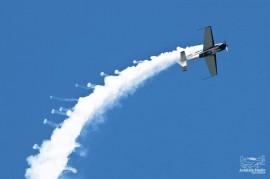 Tapani Wallin taituroi kesäkuussa Turku Airshow'ssa. Wallinin kone Extra 300 voittaa kiihdytyksessä Hornetitkin. Kuva: Aviation Studio
