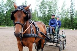 Oripääläinen Annika Tamminen ja loimaalainen Virpi Virtanen ovat harrastaneet Noppa-ponin kanssa valjakkoajoa pari vuotta. Annika toimii valjakon kuskina ja Virpi groomina. Oripääläiset yritykset ovat olleet tukemassa valjakon nousua kansalliselle tasolle. Kuva: Kiti Salonen