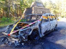 Henkilöauto tuhoutui tulipalossa pahoin Oripäässä. Kuva: Simo Päivärinta