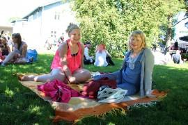 - Just laskettiin tuttuja, ja niitä löytyi, Elina Flinkman ja Venla Ylitalo kertoivat. He viettivät päivää rennosti oleskellen. Kuva: Maija Paloposki