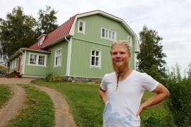 Heikki Huhtanen kertoo, että talosta piti ensin tulla keltainen, mutta yön nukuttua mieli muuttui ja punainen katto sai vastavärinsä alleen. Kuva: Anu Salo