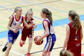 Vastapuolen voitosta huolimatta LoKoKon C-tytöt pelasivat hienon toisen erän Kaaron Roimaa vastaan. Salla-Mari Kurppa ja Micaela Larsson pitivät palloa LoKoKolla. (Kuva: Kiti Salonen)