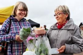 Anna Vainiotalo ja Marjatta Helstelä löysivät kotiinviemisiksi herkkuja. Naiset ostavat mielellään käsintehtyjä ja lähellä tuotettuja tuotteita. Kuva: Kiti Salonen.