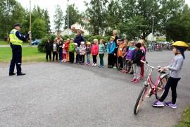Koulupoliisi Pekka Mäkelä antoi Keskuskoulun oppilaille tietoiskun liikennekäyttäytymisestä. Kuva: Tiina Naula