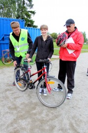 Autokiltalaiset Kalevi Suvila ja Arto Leino katsastivat Sofia Lindholmin pyörän ja pyöräilykypärän ja totesivat, että hyvältä näyttää. Kuva: Tiina Naula