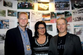 Loimaan Moottoripyöräilijöiden hallituksen jäsenet Ali Aaltonen ja Teija Kivinen sekä puheenjohtaja Reijo Kivinen toivottavat uudet jäsenet tervetulleiksi kerhoon. Pyörää tai korttia ei tarvitse omistaa, ainoa vaatimus on motoristihenkisyys. Kerho vietti 40-vuotijuhliaan viikonloppuna Heimolinnassa. Kuva: Maija Paloposki