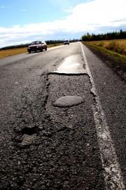 Vakkatien päällystevauriot ovat olleet autoilijoiden kiusana jo pitemmän aikaa. Kuva: Lari Kiviranta
