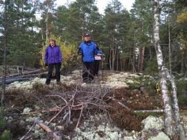 Maire Vähämäki ja Lauri Vehviläinen kurkistivat näköaloja Rydön ringillä Kurittulassa. Kuva: Sari Kuusinen.