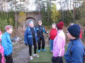 Laurisen Markku (3. vas.) tarinoi lenkin lomassa alikulusta - ja paljon muustakin. Kuvassa myös Virpi Tenkanen, Pertti Lentonen, Martti Sahla, Marja-Liisa Järvinen ja Marja-Liisa ja Raimo Nordman.