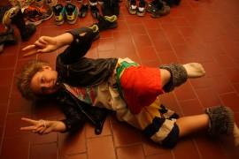 Frans Laukan, 9, esikuvana oli Putous-ohjelmasta tuttu Rontgoteus Hittavainen. Puku syntyi vanhoista shortseista ja nahkarotsista. Kuva: Maija Paloposki