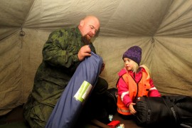 Anniina Aronoja oli odottanut yöleirille pääsyä jo kovin. Esa-isän kanssa Anniina levitti telttaan makuualustan ja makuupussin. Nallekin oli pakattu mukaan yötä varten. Kuva: Kiti Salonen