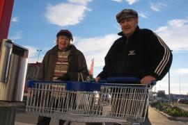 Kutsutaksi on Anja Nummiselle ja Åke Uddille tärkeä palvelu. Sen ansiosta he pääsevät Mellilästä asioille Loimaalle. Parissa tunnissa ehtii hoitaa monenlaista: käydä kaupassa, pankkiautomaatilla ja vaikka torillakin. Kuva: Kiti Salonen