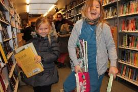 Milana Viljasen ja Helmi Heikkilän mielestä lukeminen on hauskaa! Seikkailutarinat ja hyvät kuvat tekevät tyttöjen mielestä kirjasta kiinnostavan. Kuva: Anu Salo