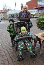 Ritva Anttila ja lapsenlapset Peetu ja Taavi kävivät ensimmäisenä metrilakuostoksilla. Kuva: Reetta Mäkinen.
