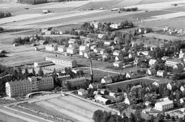 Matti Pulli kävelee mielikuvissaan Vesikoskenkadulla, jonka varrella sijaitsee muun muassa Autokorjaamon rakennus (kuvan oikeassa laidassa keskellä).