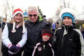 Elsa Suonpää, 10, Eino Ponkilainen, 5, Oiva Ponkilainen, 8, ja pappa Usko Heinonen aikoivat jatkaa joulunavauksesta Peltoisten kyläyhdistyksen pikkujouluihin. Kuva: Kiti Salonen
