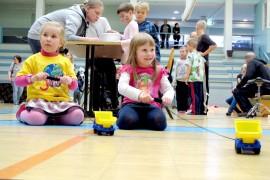 Kids actionissa on joka kerta myös uusia ohjelmapisteitä. Sofia Järvinen ja Saga Laaksonen koettivat kelata pikkuautoja mahdollisimman nopeasti. Kuva: Kiti Salonen