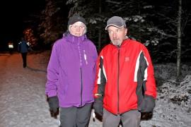 Mari ja Matti Mäkeläinen kehuivat, että Hirvikosken pururadalla on hyvä kävellä. Kuva: Tiina Naula