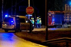 Tie oli tapahtumapaikalla suljettuna useita tunteja, ja poliisi ohjasi liikennettä kiertotien kautta. Kuva: Simo Päivärinta