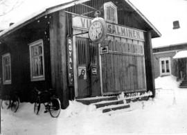 Polkupyöräliike Valtakadulla, nykyisin Satakunnantie. Kuva vuodelta 1939, huomaa laudoitetut ikkunat. Kuva: Kalle Salminen.