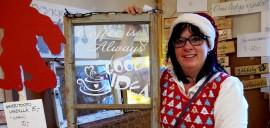 Tuija Näppinen pitää Wanhan ajan joulumarkkinoita yhtenä seudun parhaista joulutapahtumista; kävijät eivät tule markkinoille katsomaan vaan ostamaan. Kuva: Kiti Salonen