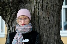 Iida Rauma halusi kirjaansa maaseutumaisen, savisen paikkakunnan, jossa asutaan myös haja-asutusalueella. Kuva: Heidi Pelander
