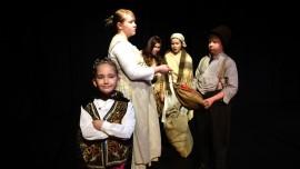 Kuningas Pönttius Maximus II (edessä Sara Karvonen) lahjoittaa herra Kurpalle (Tapio Schwartz) palvelijan (Emilia Reiman) ojentaman rahasäkin kylälästen (Maria Laine ja Alina Kaarto) hämmästellessä tilannetta sivusta. Kuva: Kirsi Hurmerinta
