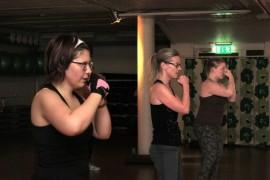 Kirsi Hurmerinta, Mia Soikkeli ja Janina Hirvensalo ovat valmiina iskemään. Kuntokulman power&body-tunti koostuu nyrkkeilystä ja lihaskuntoliikkeistä. Kuva: Kiti Salonen