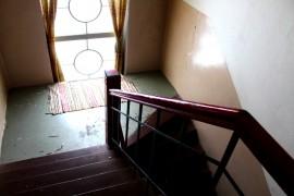 Sami Kuoppala aikoo tuoda historiaa esille rakennuksessa esimerkiksi teettämällä vanhoista valokuvista tauluja portaikkoon. Kuva: Kiti Salonen